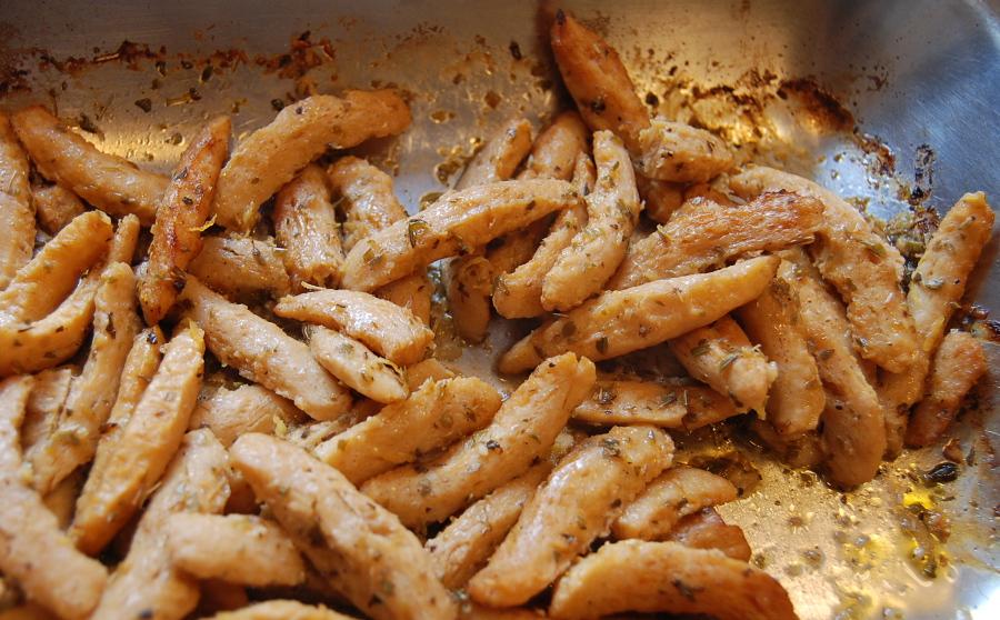 Marinerat souvlakisojakött (texturerat sojaprotein) i ugnsfast form av plåt.